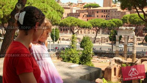 Купить «Мама разговаривает с дочкой на фоне Троянских руин», видеоролик № 3739256, снято 2 июля 2011 г. (c) Losevsky Pavel / Фотобанк Лори