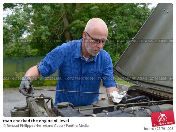 Купить «man checked the engine oil level», фото № 27791008, снято 16 октября 2018 г. (c) PantherMedia / Фотобанк Лори