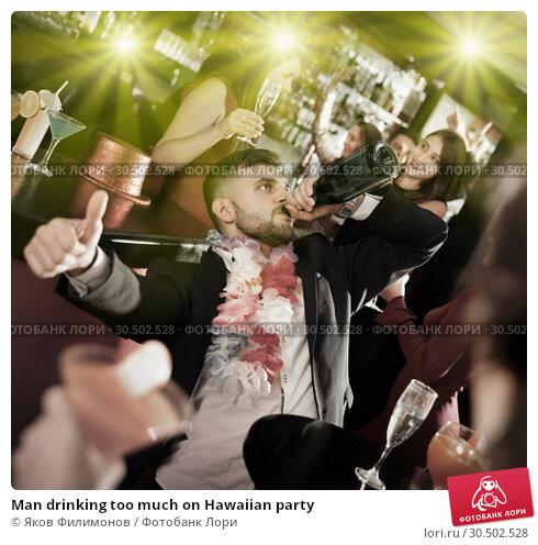 Купить «Man drinking too much on Hawaiian party», фото № 30502528, снято 29 ноября 2017 г. (c) Яков Филимонов / Фотобанк Лори
