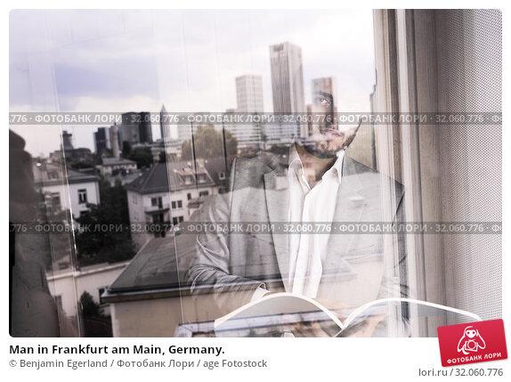 Man in Frankfurt am Main, Germany. Стоковое фото, фотограф Benjamin Egerland / age Fotostock / Фотобанк Лори