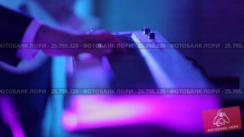 Man playing music on keyboard, видеоролик № 25795320, снято 16 марта 2016 г. (c) Алексей Макаров / Фотобанк Лори