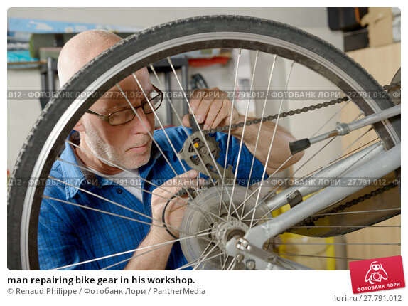 Купить «man repairing bike gear in his workshop.», фото № 27791012, снято 22 февраля 2018 г. (c) PantherMedia / Фотобанк Лори