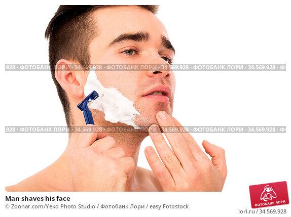 Man shaves his face. Стоковое фото, фотограф Zoonar.com/Yeko Photo Studio / easy Fotostock / Фотобанк Лори