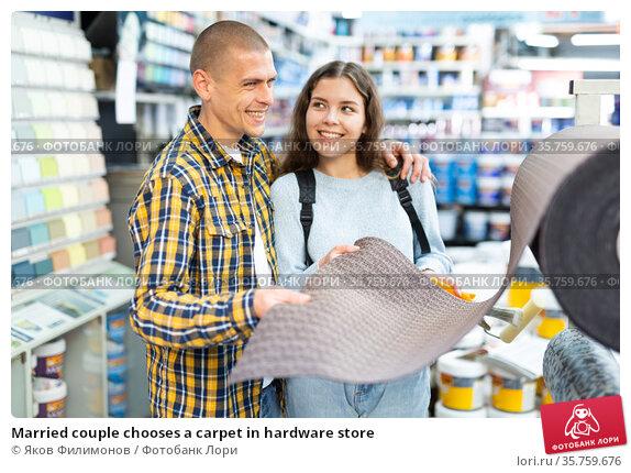 Married couple chooses a carpet in hardware store. Стоковое фото, фотограф Яков Филимонов / Фотобанк Лори