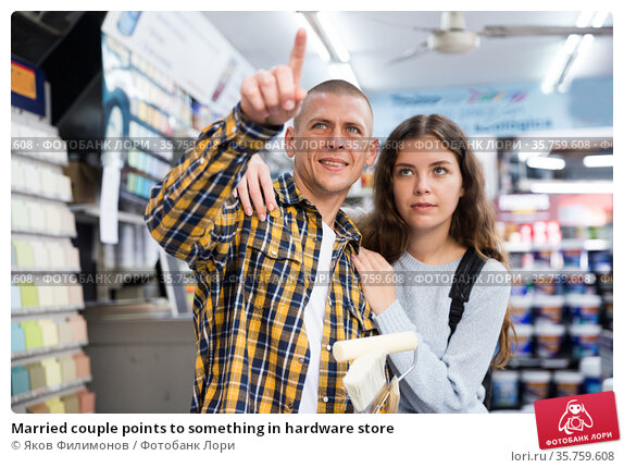 Married couple points to something in hardware store. Стоковое фото, фотограф Яков Филимонов / Фотобанк Лори