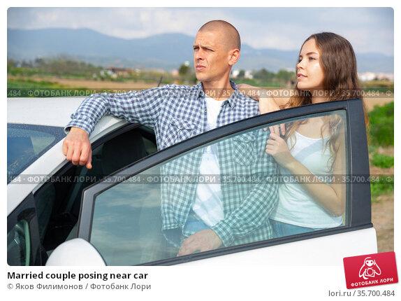Married couple posing near car. Стоковое фото, фотограф Яков Филимонов / Фотобанк Лори
