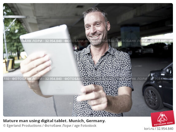 Mature man using digital tablet. Munich, Germany. Стоковое фото, фотограф Egerland Productions / age Fotostock / Фотобанк Лори