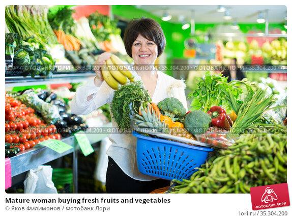 Mature woman buying fresh fruits and vegetables. Стоковое фото, фотограф Яков Филимонов / Фотобанк Лори