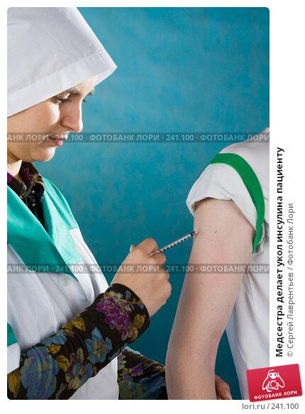 Медсестра делает укол инсулина пациенту, фото № 241100, снято 29 марта 2008 г. (c) Сергей Лаврентьев / Фотобанк Лори