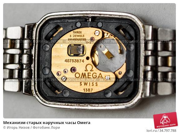 Механизм старых наручных часы Омега. Редакционное фото, фотограф Игорь Низов / Фотобанк Лори