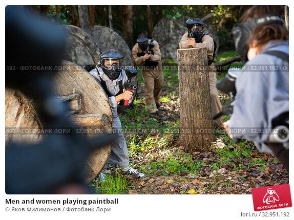 Men and women playing paintball. Стоковое фото, фотограф Яков Филимонов / Фотобанк Лори