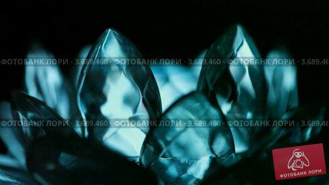 Меняющий цвет кристалл. Стоковое видео, видеограф Losevsky Pavel / Фотобанк Лори