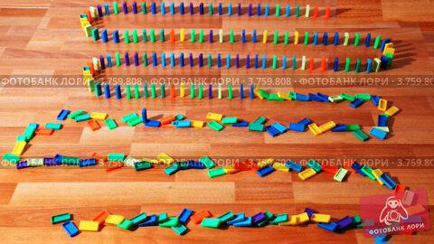 Купить «Много цветных домино зигзагом построены на паркете», видеоролик № 3759808, снято 4 декабря 2011 г. (c) Losevsky Pavel / Фотобанк Лори