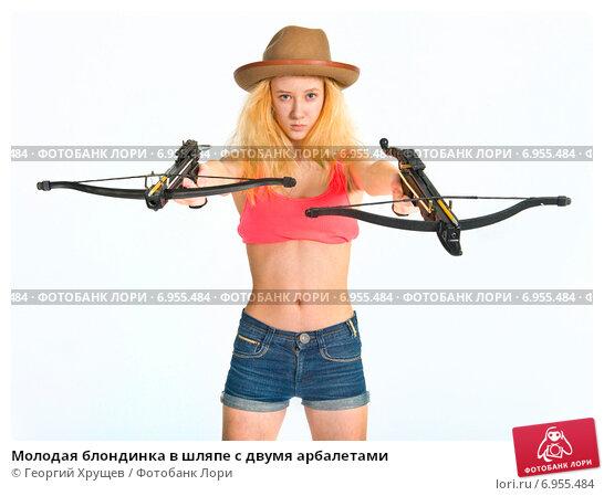 Купить «Молодая блондинка в шляпе с двумя арбалетами», фото № 6955484, снято 22 марта 2014 г. (c) Георгий Хрущев / Фотобанк Лори
