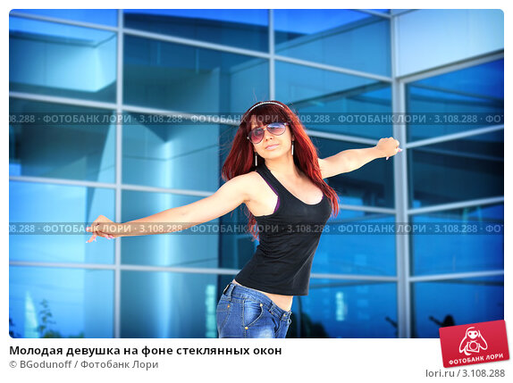 девушка на фоне окна фото