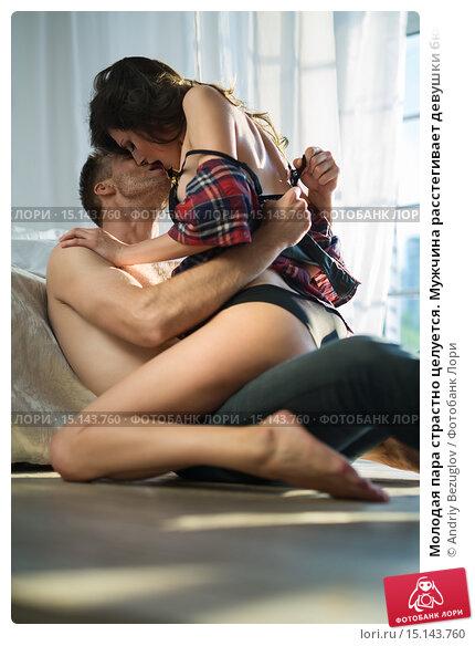 молодая пара страстно целуется фото