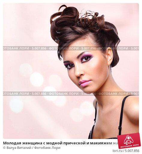 Купить «Молодая женщина с модной прической и макияжем на розовом фоне», фото № 5007856, снято 18 февраля 2009 г. (c) Валуа Виталий / Фотобанк Лори
