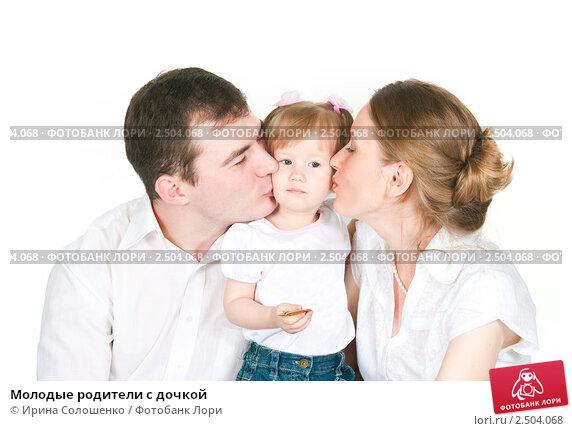Купить «Молодые родители с дочкой», фото № 2504068, снято 2 апреля 2011 г. (c) Ирина Солошенко / Фотобанк Лори