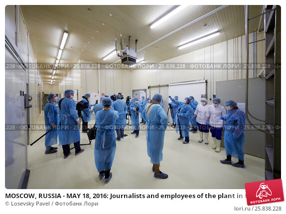 Купить «MOSCOW, RUSSIA - MAY 18, 2016: Journalists and employees of the plant in the hall of the plant Russian Fish Factory during Fish Week», фото № 25838228, снято 18 мая 2016 г. (c) Losevsky Pavel / Фотобанк Лори