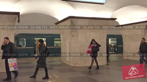 Купить «Москва, 25 марта 2020. Люди передвигаются в московском метро.», видеоролик № 33438712, снято 25 марта 2020 г. (c) Мила Демидова / Фотобанк Лори