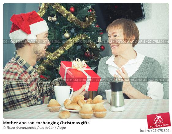 Mother and son exchanging Christmas gifts, фото № 27075392, снято 20 октября 2017 г. (c) Яков Филимонов / Фотобанк Лори
