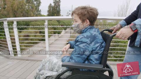Mother taking care of a handicapped child. Стоковое видео, видеограф Данил Руденко / Фотобанк Лори