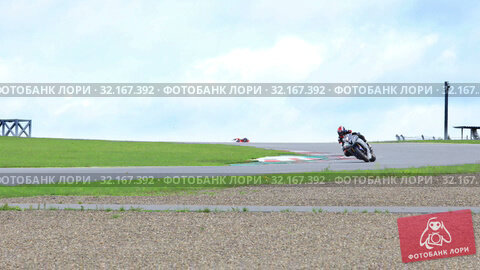 Купить «Motorcycle racers compete on the race track in Moscow Raceway», видеоролик № 32167392, снято 11 сентября 2019 г. (c) Алексей Кузнецов / Фотобанк Лори