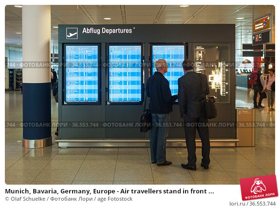 Munich, Bavaria, Germany, Europe - Air travellers stand in front ... Редакционное фото, фотограф Olaf Schuelke / age Fotostock / Фотобанк Лори