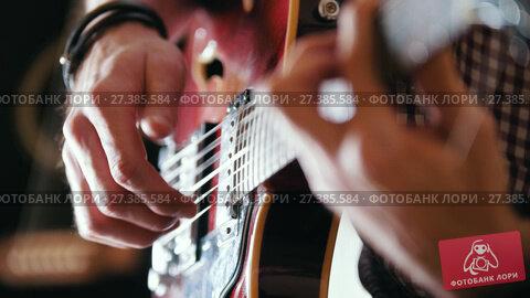 Купить «Musician plays the guitar, hands close up», видеоролик № 27385584, снято 18 декабря 2018 г. (c) Константин Шишкин / Фотобанк Лори