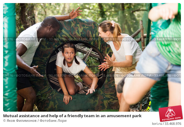 Купить «Mutual assistance and help of a friendly team in an amusement park», фото № 33468976, снято 9 июля 2020 г. (c) Яков Филимонов / Фотобанк Лори