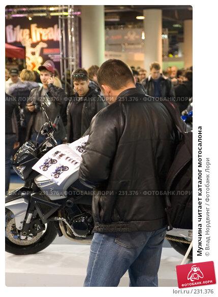 Мужчина читает каталог мотосалона, фото № 231376, снято 22 марта 2008 г. (c) Влад Нордвинг / Фотобанк Лори