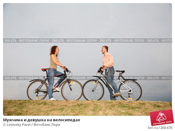 Мужчина и девушка на велосипедах, фото № 260676, снято 1 декабря 2016 г. (c) Losevsky Pavel / Фотобанк Лори
