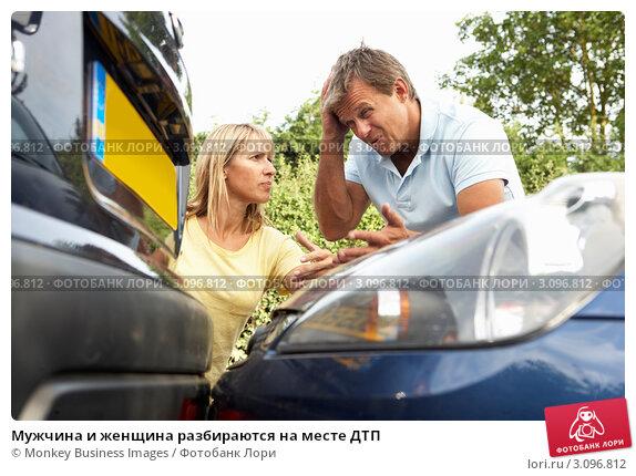 Мужчина и женщина разбираются на месте ДТП, фото № 3096812, снято 30 июня 2010 г. (c) Monkey Business Images / Фотобанк Лори