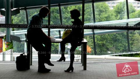 Купить «Мужчина и женщина сидят и общаются», видеоролик № 3732344, снято 4 января 2011 г. (c) Losevsky Pavel / Фотобанк Лори