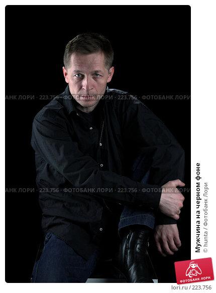 Мужчина на черном фоне, фото № 223756, снято 13 ноября 2007 г. (c) hunta / Фотобанк Лори