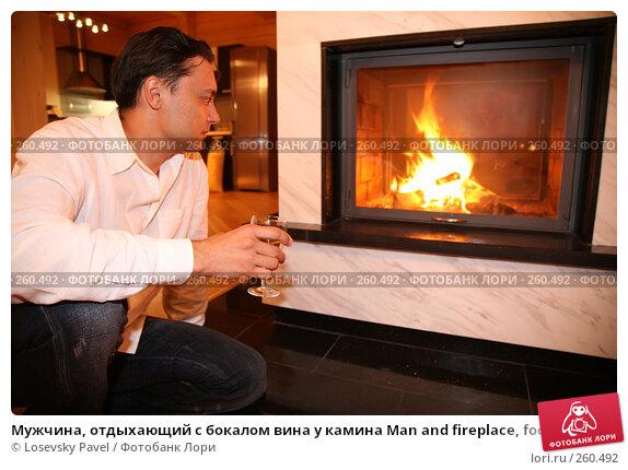 Мужчина, отдыхающий с бокалом вина у камина Man and fireplace, focus on glass, фото № 260492, снято 10 декабря 2016 г. (c) Losevsky Pavel / Фотобанк Лори
