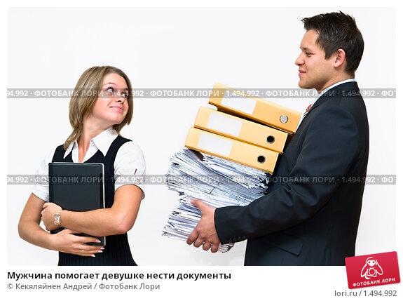 мужчина помогает девушке по работе
