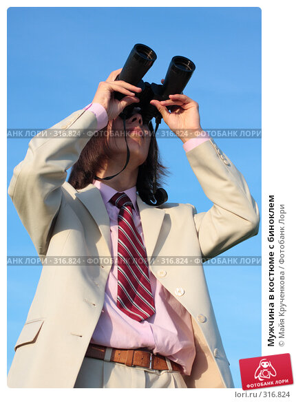 Мужчина в костюме с биноклем, фото № 316824, снято 8 июня 2008 г. (c) Майя Крученкова / Фотобанк Лори