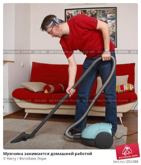 Мужчина занимается домашней работой, фото № 253088, снято 16 января 2017 г. (c) Harry / Фотобанк Лори