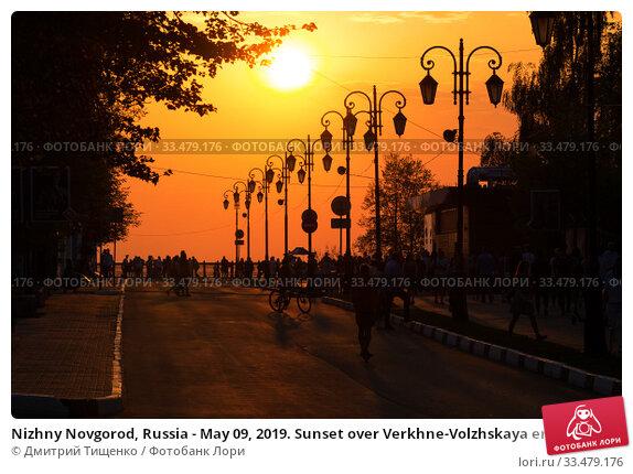 Nizhny Novgorod, Russia - May 09, 2019. Sunset over Verkhne-Volzhskaya embankment with people. Стоковое фото, фотограф Дмитрий Тищенко / Фотобанк Лори