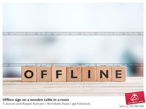 Offline sign on a wooden table in a room. Стоковое фото, фотограф Zoonar.com/Kasper Nymann / age Fotostock / Фотобанк Лори