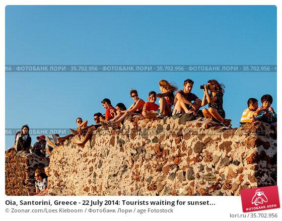 Oia, Santorini, Greece - 22 July 2014: Tourists waiting for sunset... Стоковое фото, фотограф Zoonar.com/Loes Kieboom / age Fotostock / Фотобанк Лори