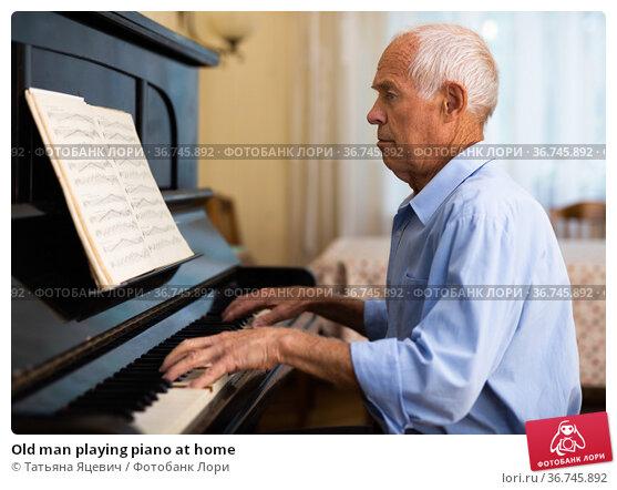 Old man playing piano at home. Стоковое фото, фотограф Татьяна Яцевич / Фотобанк Лори
