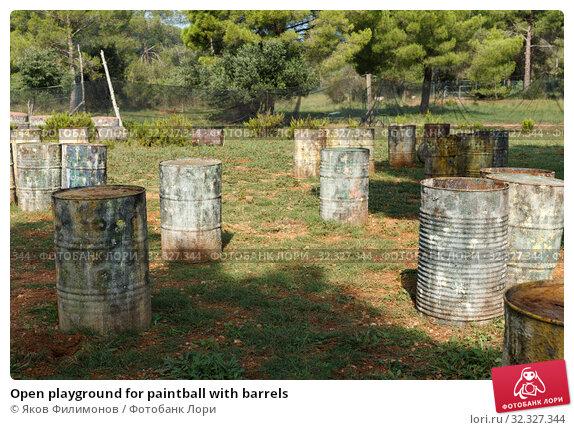 Купить «Open playground for paintball with barrels», фото № 32327344, снято 22 сентября 2018 г. (c) Яков Филимонов / Фотобанк Лори