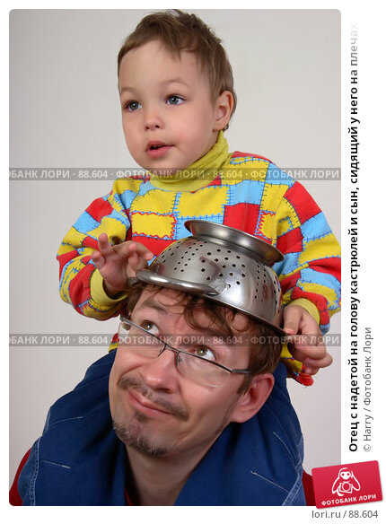 Отец с надетой на голову кастрюлей и сын, сидящий у него на плечах, фото № 88604, снято 4 июня 2007 г. (c) Harry / Фотобанк Лори