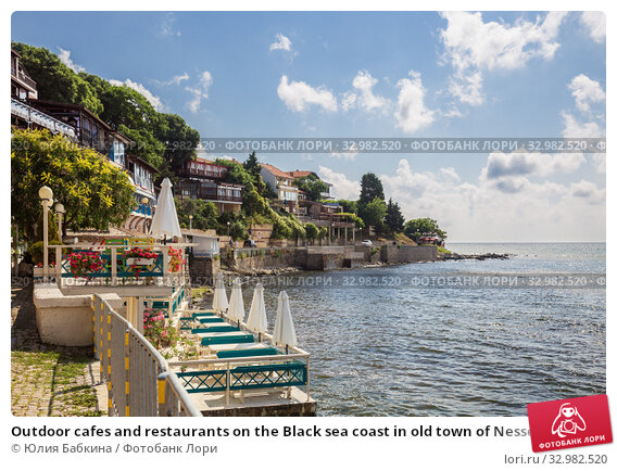 Outdoor cafes and restaurants on the Black sea coast in old town of Nessebar (2019 год). Стоковое фото, фотограф Юлия Бабкина / Фотобанк Лори