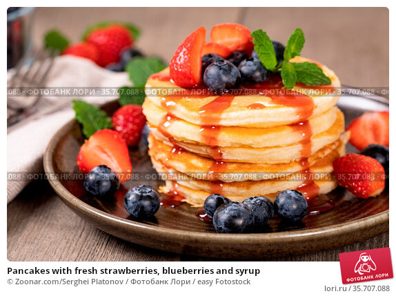 Pancakes with fresh strawberries, blueberries and syrup. Стоковое фото, фотограф Zoonar.com/Serghei Platonov / easy Fotostock / Фотобанк Лори