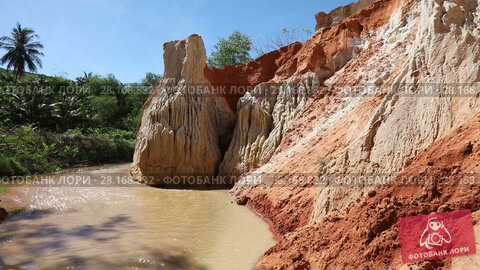 Купить «Panoramic video shot of the Fairy Stream (Suoi Tien) – sand on one side, green and coconut palms on the other. Mui Ne, Vietnam», видеоролик № 28168832, снято 26 января 2017 г. (c) Алексей Кузнецов / Фотобанк Лори