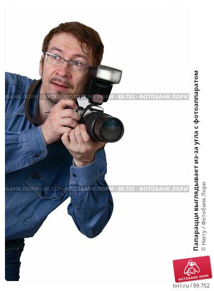 Папарацци выглядывает из-за угла с фотоаппаратом, фото № 89752, снято 22 июня 2007 г. (c) Harry / Фотобанк Лори