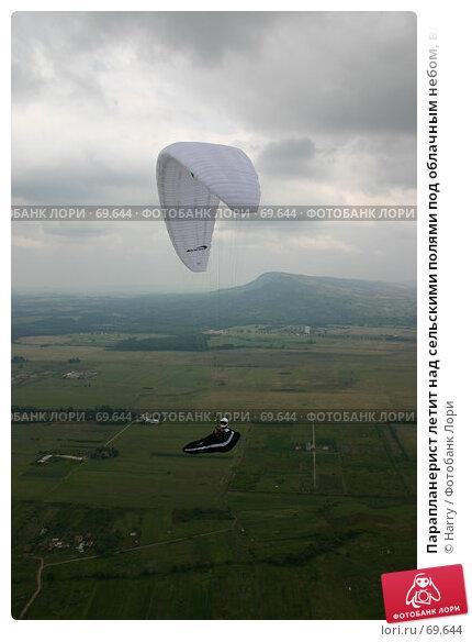 Парапланерист летит над сельскими полями под облачным небом, вдалеке видны горы, фото № 69644, снято 14 августа 2004 г. (c) Harry / Фотобанк Лори